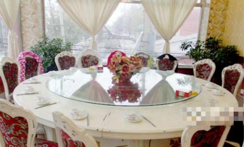 又一顺饭店唯美气派的宴会大厅配备专业团队为你打造各种婚礼喜庆宴席